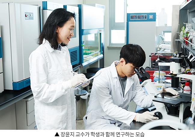장윤지 교수가 학생과 함께 연구하는 모습